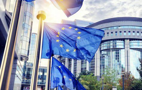 Drapeaux flottant devant le parlement européens